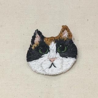 【送料無料】三毛猫 刺繍 ブローチ ねこ 猫 アトリエドゥサボン