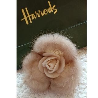 ハロッズ(Harrods)のHarrods  ミンクコサージュ(ブローチ/コサージュ)
