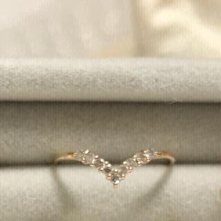 ココシュニック(COCOSHNIK)の10KYGダイヤモンドハーフエタニティV字リング(リング(指輪))