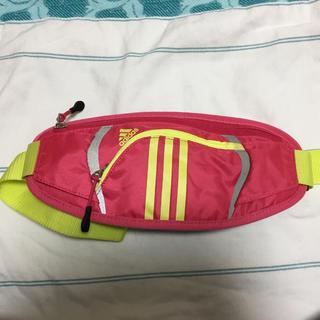 アディダス(adidas)のadidas 薄型ウエストポーチ(ボディバッグ/ウエストポーチ)
