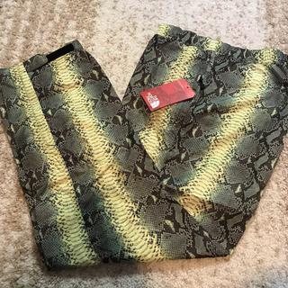 シュプリーム(Supreme)のSupreme×TNF Snakeskin Pants 黄色32インチ(その他)