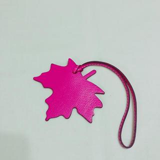 【新品 未使用】 メープル 楓 型 オールレザー バックチャーム(バッグチャーム)