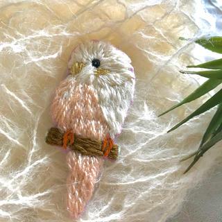 刺繍 小鳥 ブローチ  ハンドメイド インコ i 日本製ピン使用