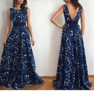 L着痩せ パーティー イブニング ロング ドレス 青い花柄 背中ちょい見せ