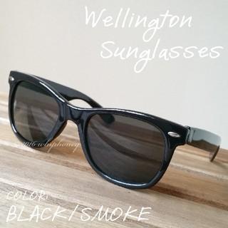 エッジの効いたシェイプ 定番ウェリントンUVサングラス ブラック スモーク(サングラス/メガネ)