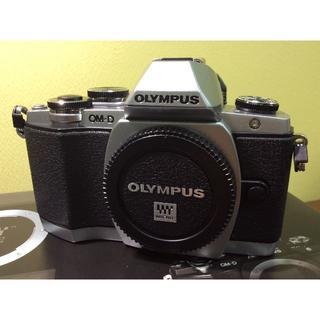 オリンパス(OLYMPUS)のほぼ新品☆ OLYMPUS OM-D E-M10 EZレンズキット シルバー(ミラーレス一眼)