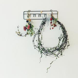 ワイヤープランツリースとキーフックの壁飾り(ドライフラワー)
