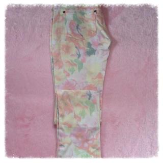 セシルマクビー(CECIL McBEE)の花柄パンツ(カジュアルパンツ)