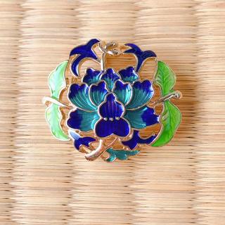 華やかに咲く蓮の帯留め 七宝焼(着物)