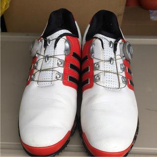 アディダス(adidas)の白と赤のツートンカラーゴルフシューズです。(シューズ)