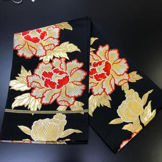 正絹、袋帯、黒地に鮮やかな金の刺繍柄。(帯)