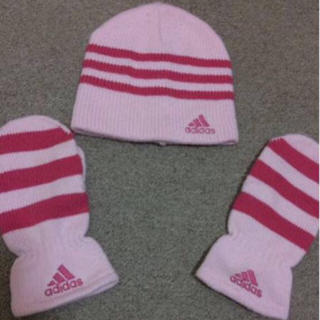 アディダス(adidas)の美品本物アディダスのピンク系のニット帽と手袋  女性フリー (ニット帽/ビーニー)
