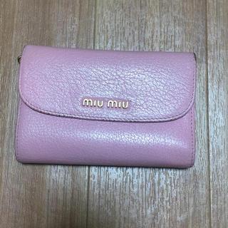 ミュウミュウ(miumiu)のmiumiu ピンクの折りたたみ財布(折り財布)
