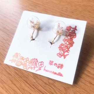 ピンクかすみ草と蝶のガラスドームイヤリング(イヤリング)