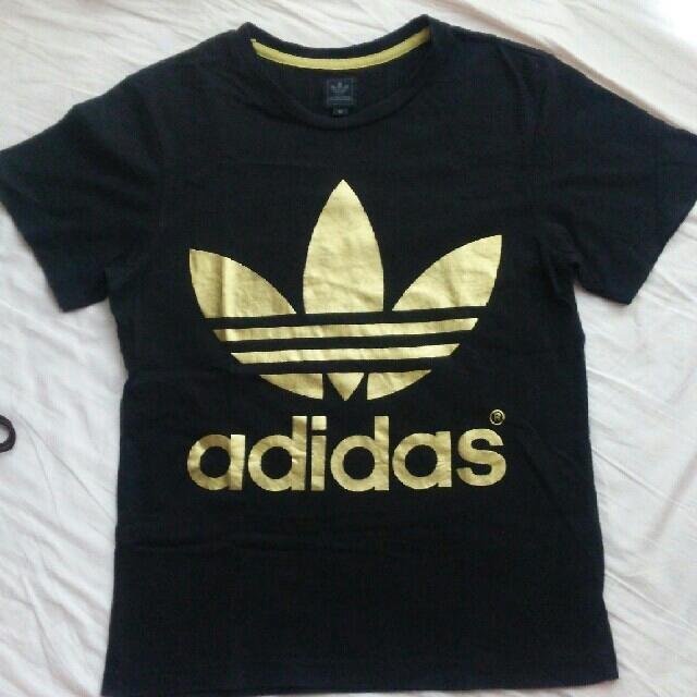 adidas(アディダス)のadidas originalゴールドロゴ両面プリントブラックTシャツXS男女 メンズのトップス(Tシャツ/カットソー(半袖/袖なし))の商品写真