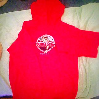 アーバンアウトフィッターズ(Urban Outfitters)のBUBBA GUMP Tokyo 赤パーカー(パーカー)