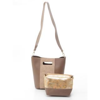 クーコ(COOCO)の新品 定価6912円 クーコ ショルダーポーチ付きバッグ グレージュ、ブラック(ショルダーバッグ)