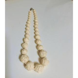 アーバンアウトフィッターズ(Urban Outfitters)のUrban Outfitters 白バラ ネックレス (新品)(ネックレス)