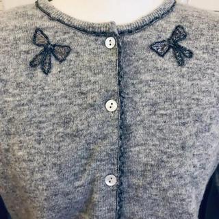 アンナモリナーリ(ANNA MOLINARI)のアンナモリナーリ リボン刺繍カーディガン シャネル プラダ イエナ クロエ(カーディガン)