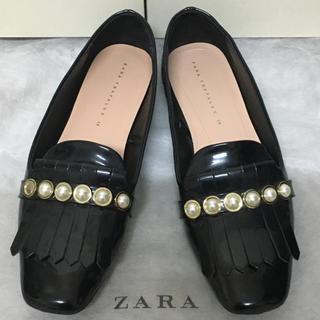 ザラ(ZARA)のZARA パール付 フリンジ エナメル モカシン 黒 38(ローファー/革靴)