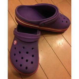 クロックス(crocs)のCrocs紫/ピンク色サンダル(サンダル)