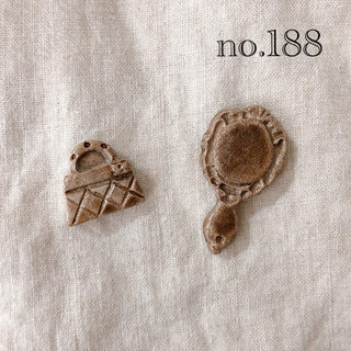陶器 ブローチ  アンティーク 手鏡とバッグ(コサージュ/ブローチ)
