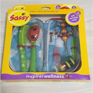 サッシー(Sassy)の☆sassy ベビーケアセット☆ブラシ つめ切り コーム 歯ブラシ おもちゃ(爪切り)