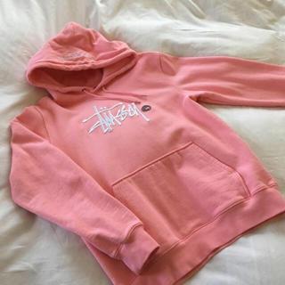 STUSSY - STUSSY ステューシー 大人気 刺繍 パーカー ピンク S 美品