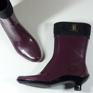 サルヴァトーレフェラガモ(Salvatore Ferragamo)のフェラガモレインブーツリボンヴァラ金具ヒールブーツ靴バイカラー(レインブーツ/長靴)