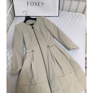 フォクシー(FOXEY)のFOEXYレイニーダウンミルクティー、40美品  エルフィン ハンガー付き。(ダウンジャケット)