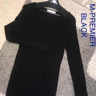 エムプルミエ(M-premier)のM-PREMIER BLACK ウール100 Vネックニットワンピース38 美品(ひざ丈ワンピース)