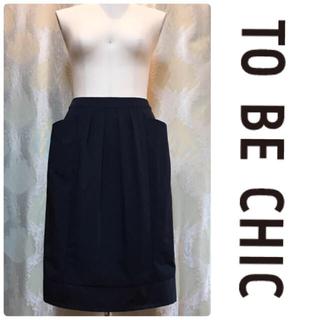 トゥービーシック(TO BE CHIC)のTO BE CHIC 上品タフタのブラックタックデザインスカート(ひざ丈スカート)