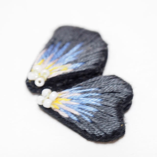 エボニーアイボリー(Ebonyivory)の花びら刺繍ピアス(ピアス)