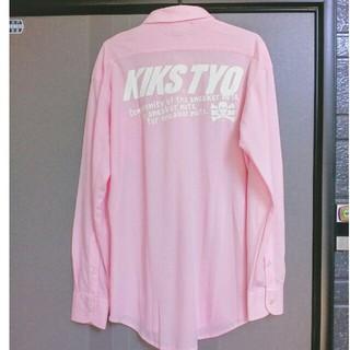 キックスティーワイオー(KIKS TYO)のKIKS TYO 鹿の子 ボタンダウンシャツ ビッグロゴプリント ピンク L(シャツ)