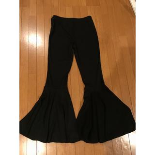 ザラ(ZARA)の黒 裾フレアパンツ(カジュアルパンツ)