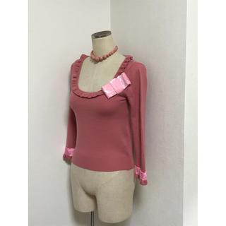 アンナモリナーリ(ANNA MOLINARI)のアンナモリナーリ スパンコールのおリボンが可愛い ピンクの ニット(ニット/セーター)