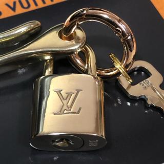 ルイヴィトン(LOUIS VUITTON)のルイヴィトン ゴールド ベルトフック&パドロック 南京錠 鍵1本(キーホルダー)