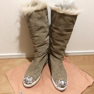 ミュウミュウ(miumiu)のmiumiu ビジュー付きファーブーツ 35(ブーツ)