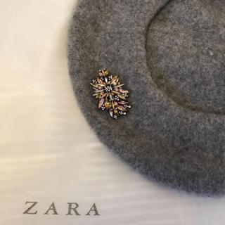 ザラ(ZARA)のZARAブローチ付きベレー帽 (ハンチング/ベレー帽)