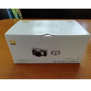ニコン(Nikon)のNikon ミラーレス一眼  ダブルレンズキット シルバー J5WLKSL(ミラーレス一眼)