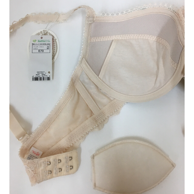 Triumph(トリンプ)の【新品】E70 アモスタイル Dress ブラ&ショーツ3点セット レディースの下着/アンダーウェア(ブラ&ショーツセット)の商品写真