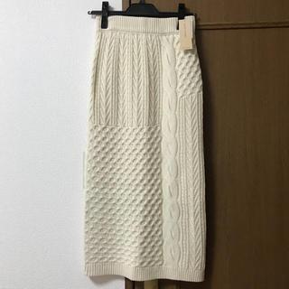 ミスティウーマン(mysty woman)のミスティウーマン ケーブルタイトニットスカート 新品タグ付き アイボリー(ひざ丈スカート)