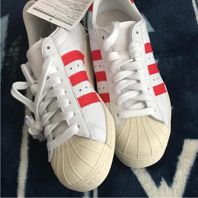 adidas(アディダス)の新品未使用 アディダス スーパースター ホワイト 白 赤 レッド レディースの靴/シューズ(スニーカー)の商品写真