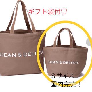 ディーンアンドデルーカ(DEAN & DELUCA)のDEAN & DELUCA チャリティートート2018 モカベージュ Sサイズ (トートバッグ)