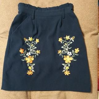 シマムラ(しまむら)の膝丈刺繍タイトスカート台形スカート  ディープグリーン(ひざ丈スカート)