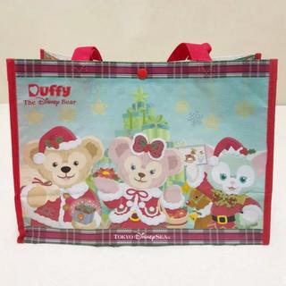 ダッフィー(ダッフィー)のTDS♡ダッフィー&フレンズ クリスマス限定 ショッピングバッグ 赤(キャラクターグッズ)