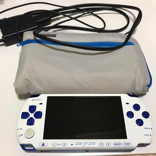プレイステーションポータブル(PlayStation Portable)のPSP本体 (PSPJ-30018) 限定 ホワイト/ブルー + ソフト2本(携帯用ゲーム本体)