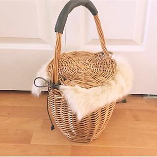 シマムラ(しまむら)の美品 ファー付き かごバッグ ♡ 冬用 バケツ型♡(かごバッグ/ストローバッグ)