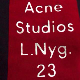 アクネ(ACNE)の黒+赤(トレーナー/スウェット)