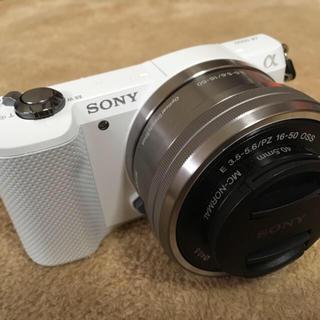 ソニー(SONY)のソニー SONY 5000 カメラ 自撮り ホワイト 美品  (ミラーレス一眼)